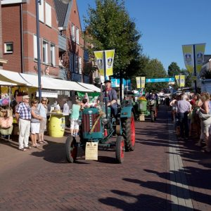 (3) Defilé in de Dorpsstraat (Foto: Berry Jakobsen)