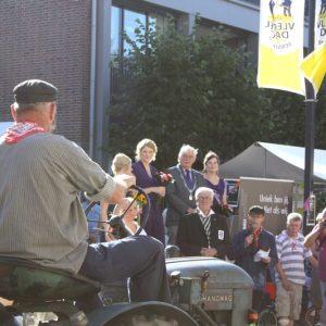 (18) Defilé in de Dorpsstraat (Foto: Lieke Rozeboom)